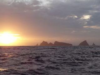 海に浮かぶ尖った楼閣・尖閣諸島.JPG